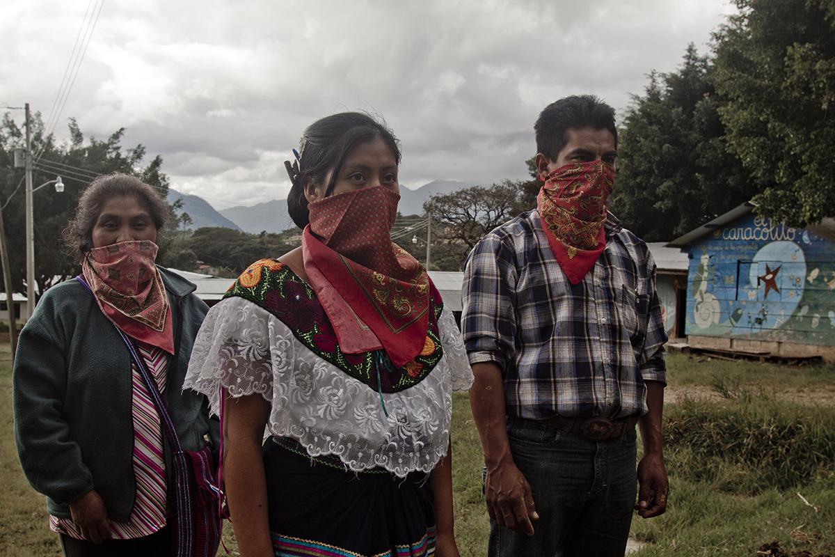 Group of zapatistas of different ages. Grupo de zapatistas de varias edades.