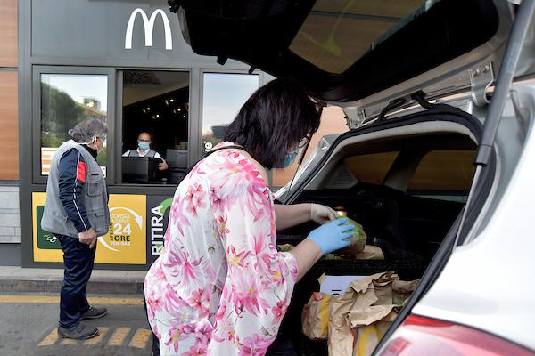 McDonald dona pasti per persone in difficoltà