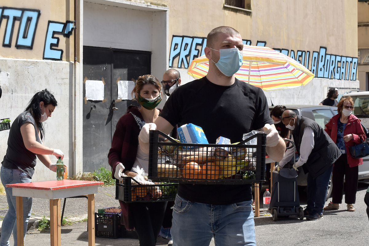 Quarticciolo, distribuzione di pacchi alimentari